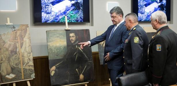 O presidente ucraniano Petro Poroshenko confere as obras de arte recuperadas - Reuters