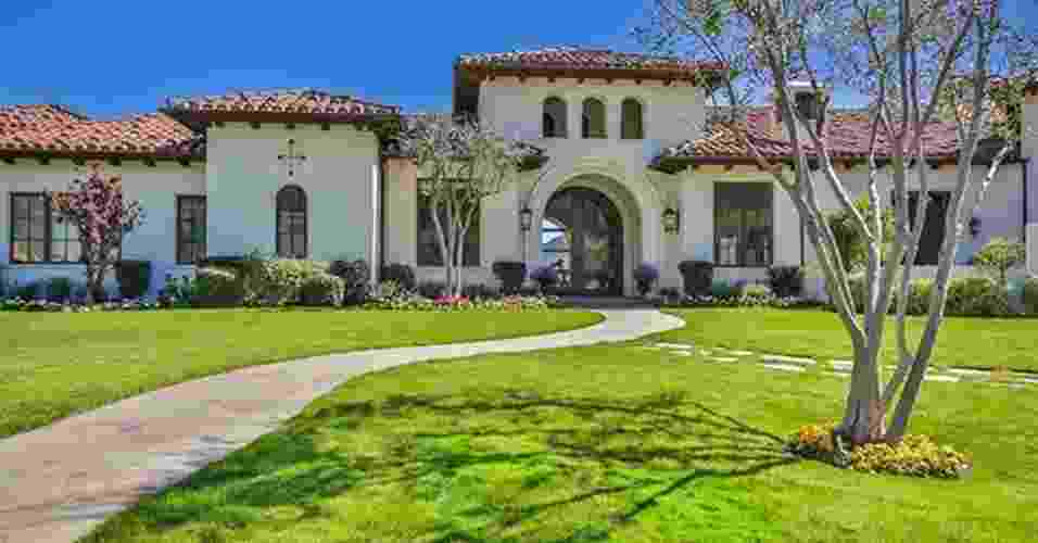 A mansão que Britney Spears colocou à venda por R$ 32 milhões está localizada na Califórnia, EUA. A área construída chega a 800 m² e conta com cinco quartos e sete banheiros - Beach City Brokers/ Reprodução