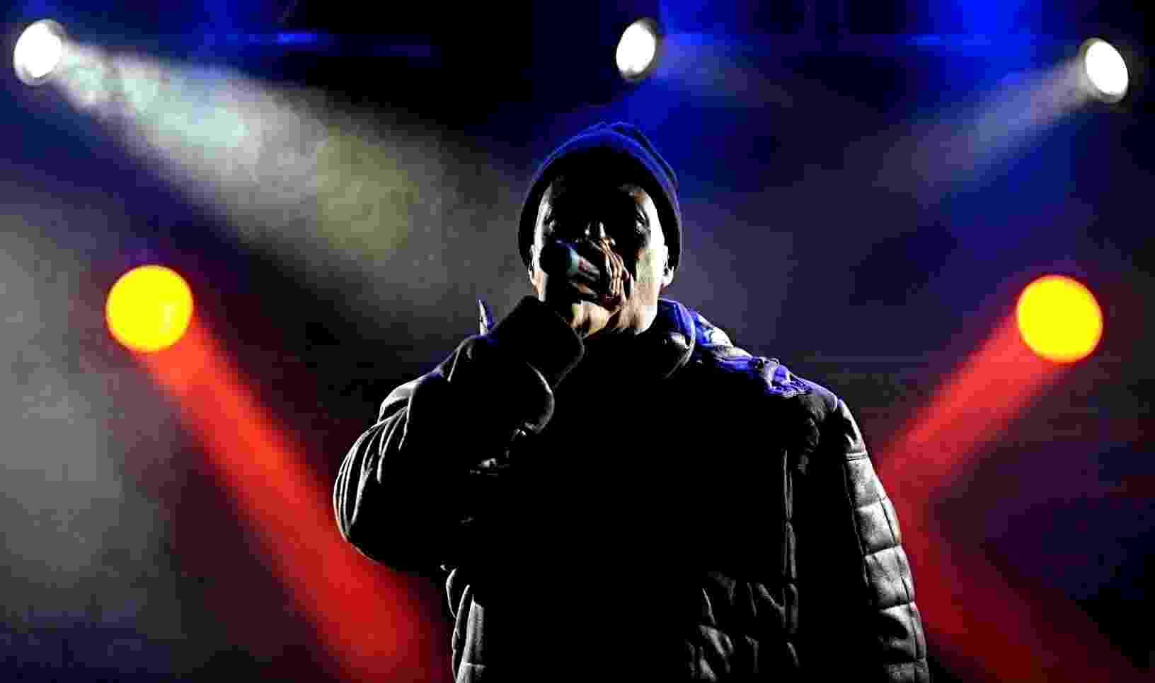 22.mai.2016 - Após uma hora de atraso, Mano Brow sobe ao palco do Centro Cultural Tiradentes - Flavio Florido /UOL