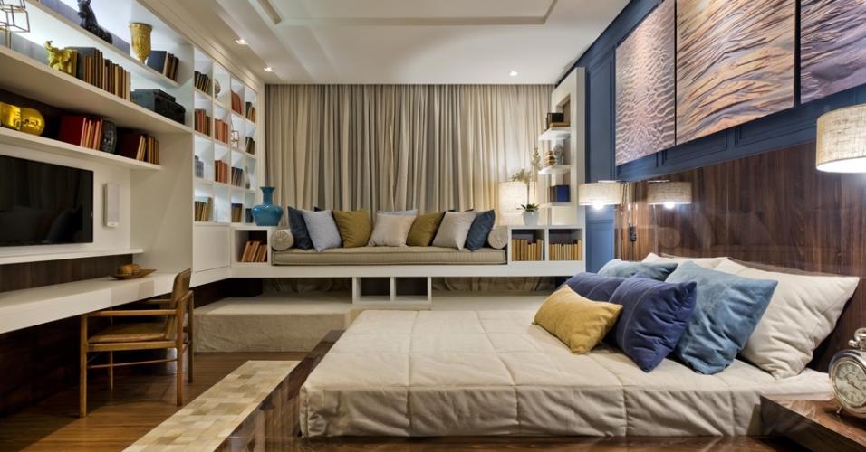 Os irmãos Christian e Richard Schönhofen assinam o Quarto de Hóspedes. Com 30 m², o ambiente é estruturado sobre tablados para o apoio de parte dos móveis, como a cama e a 'recamier' (ao fundo). O tapete de couro quadriculado dá textura ao espaço com decoração neutra pontuada pelo azul (como na 'boiserie') e o mostarda