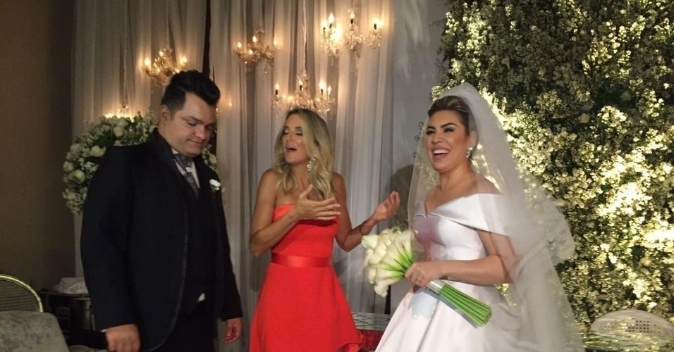 18.out.2016 - Ticiane Pinheiro ao lado de Rafael Cabral e Naiara Azevedo. O casamento aconteceu em Goiânia, nesta terça-feira,  para 350 pessoas