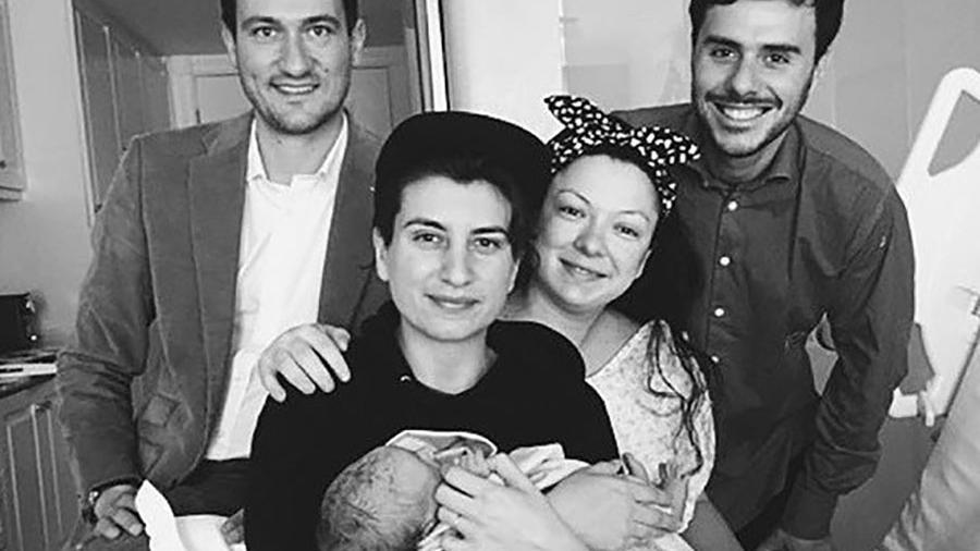 No dia do nascimento de Aiko, da esquerda para a direita, Olivier, Victor, Nami e Azsa, com o bebê no colo - Arquivo Pessoal