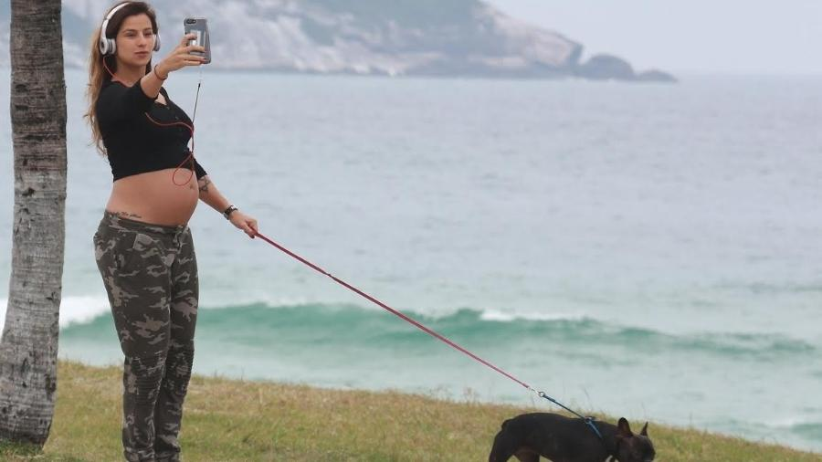 Paula Morais faz selfie e mostra a barriga de sete meses em passeio na praia da Barra da Tijuca, zona oeste do Rio - Ag.News