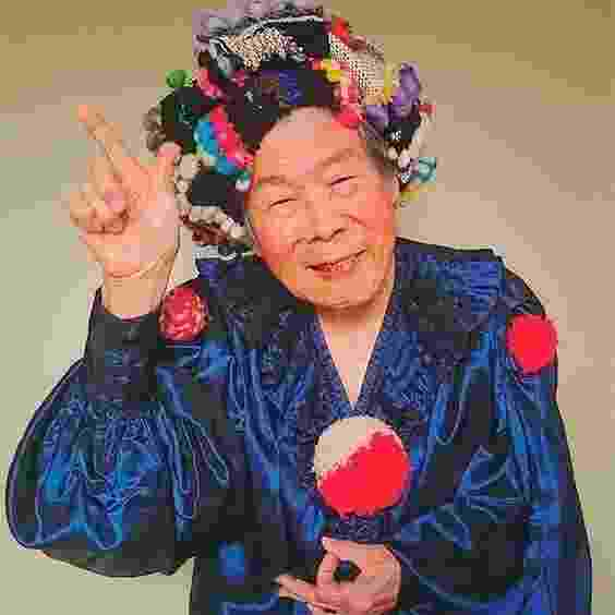 Aos 94 anos, Emiko é a modelo sorridente, responsável por divulgar as roupas criadas pela neta Chinami Mori - Pinterest/Divulgação