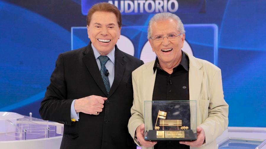 """Silvio Santos entrega troféu a Carlos Alberto de Nóbrega pelos 30 anos de """"A Praça É Nossa"""" - Lourival Ribeiro/SBT"""