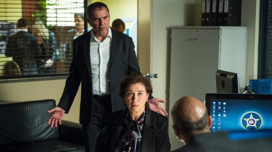 """Eurico (Humberto Martins) chega à delegacia, onde Silvana (Lilia Cabral) depõe em """"A Força do Querer"""" - Estevam Avellar/TV Globo"""