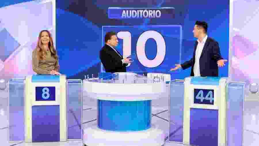 """Silvio Santos fez perguntas sobre a vida pessoal do jornalista Léo Dias, que se divertiu com a indiscrição do patrão durante o quadro """"Jogo das 3 Pistas"""" - Lourival Ribeiro/SBT"""