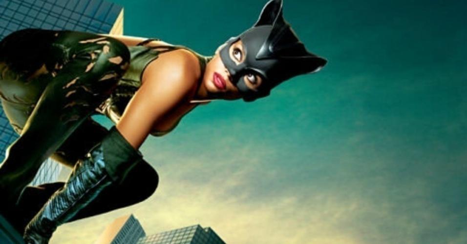 """Halle Berry em cena de """"Mulher-Gato"""" (2004)"""