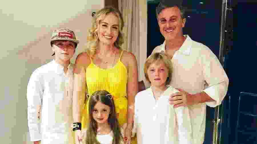 Angélica e Luciano Huck com os filhos Joaquim, Benício e Eva em Ilha Grande, no Rio de Janeiro - Reprodução/Instagram