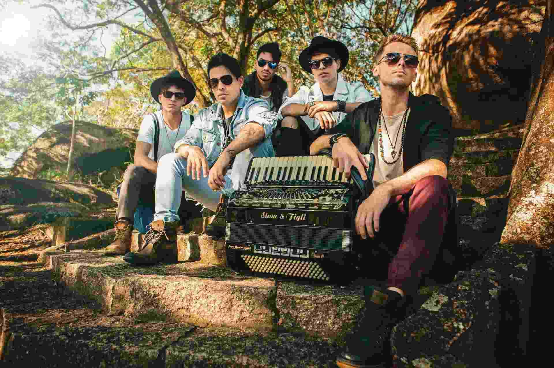 Os integrantes da banda Muranno: Diego Torres (voz), Tiago Kosta (guitarra e voz), Tom Solano (baterista), Viny Cavalcante (baixo e voz) e Lucas Moraes (sanfoneiro) - Divulgação