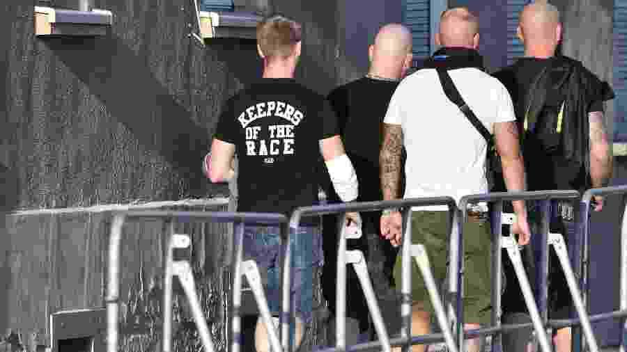 "Participantes chegam ao festival neonazista ""Schild und Schwert"" (""Escudo e Espada""), na Alemanha - John MACDOUGALL/AFP"