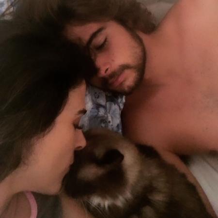 Tatá Werneck, Rafa Vitti e o gatinho Chico - Reprodução/Globo