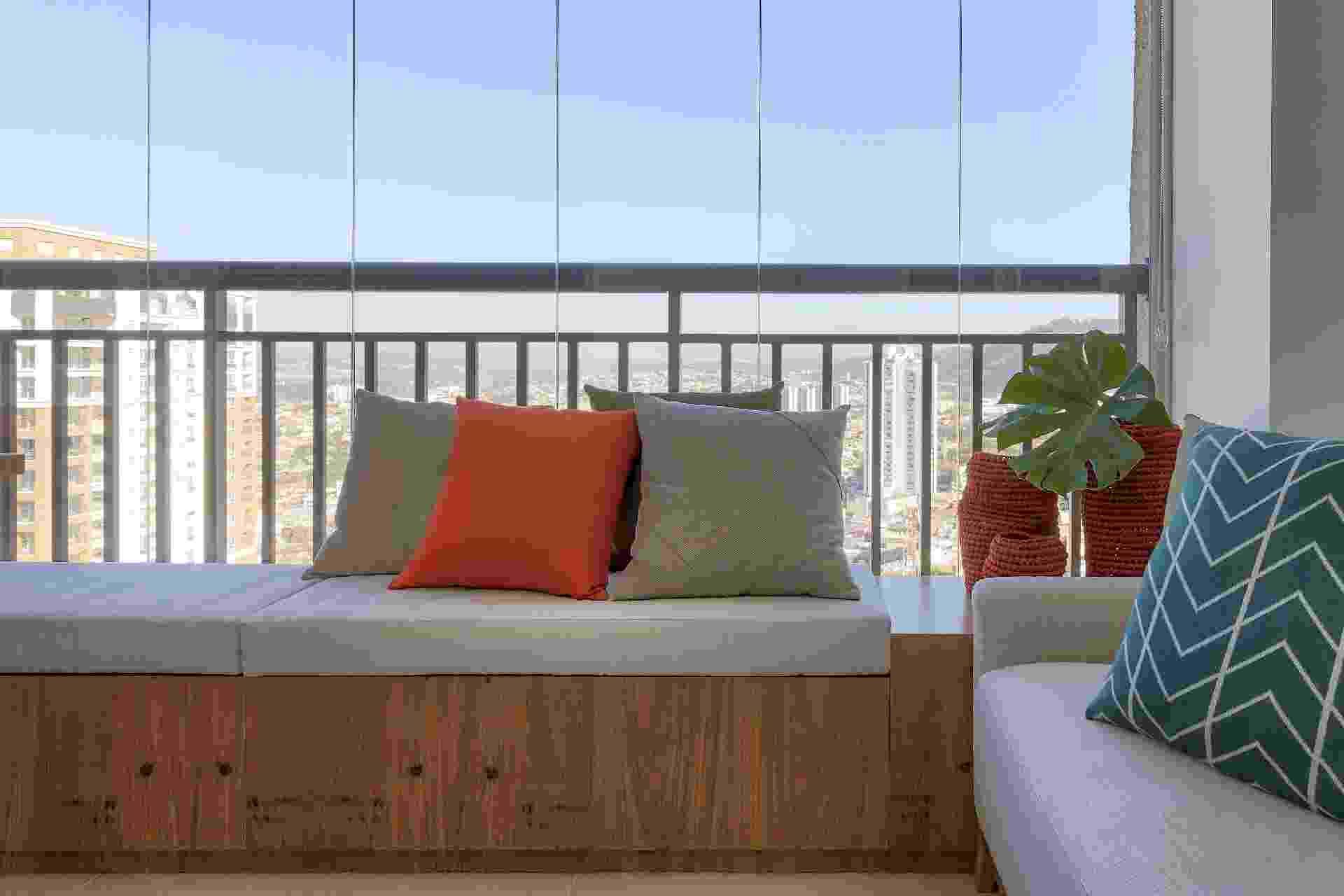 Integrada ao living, a varanda precisava fazer bonito na decoração. Por isso, as arquitetas da doob arquitetura não só criaram mais assentos para receber os amigos, como pensaram no móvel, feito sob medida, para guardar mantas, essenciais nos dias frios - Rafael Renzo | Divulgação