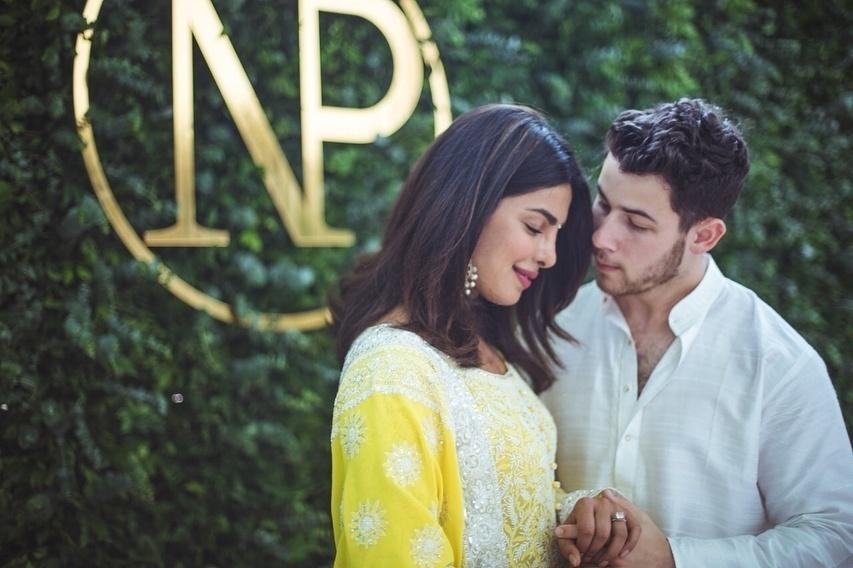 A atriz e o cantor oficializaram a união em uma cerimônia bem tradicional da cultura indiana, em Mumbai, onde vive a família da noiva. No dia, Priyanka usou um sari (vestimenta traqdicional do país) amarelo cheio de bordados.