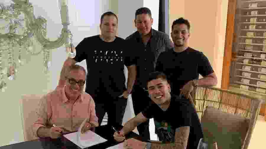 Kevinho, Sérgio Affonso, da Warner, e seus empresários - Divulgação