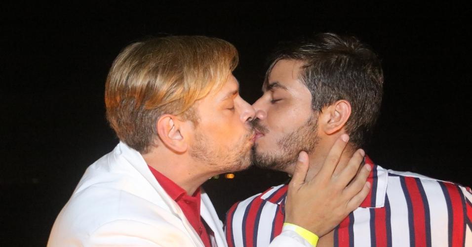 O empresário Bruno Chateaubriand escolheu o início de dezembro para anunciar seu noivado com Diogo Bocca e o casal parece que resolveu estender as comemorações românticas até o Réveillon. Apaixonados, eles trocaram beijos na varanda de um clube na Barra da Tijuca, no Rio