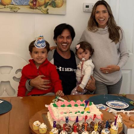 Patricia Abravanel e o marido, Fabio Faria, com os filhos, Pedro e Jane - Reprodução/Instagram