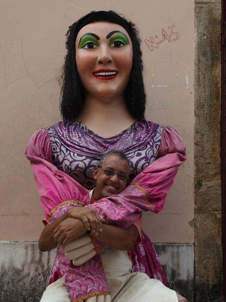 25.jan.2014 - O bonequeiro Sílvio Botelho posa com um dos bonecos criados por ele em seu ateliê, em Olinda - Roberta Guimarães/UOL