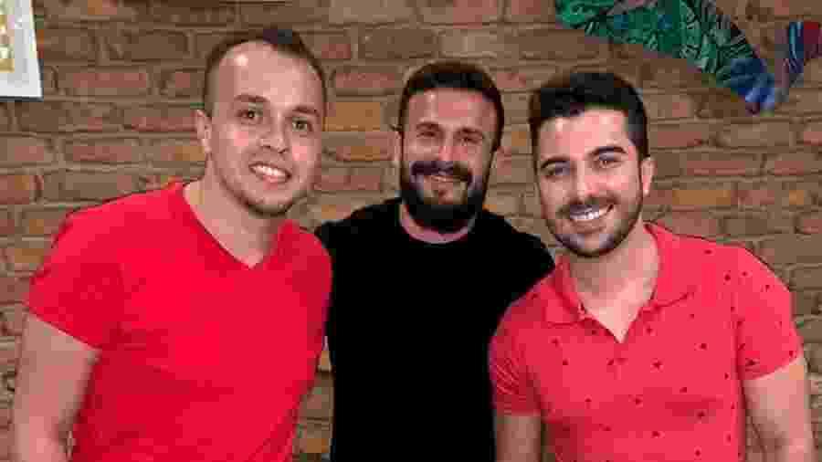 Marcelinho Calil (centro), presidente da Viradouro, entre Marcus Ferreira (à esquerda) e Tarcisio Zanon (à direita) - Divulgação