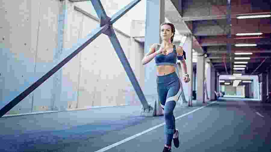 A postura na corrida pode mudar por causa de uma lesão, mas não necessariamente é a causa do problema - iStock