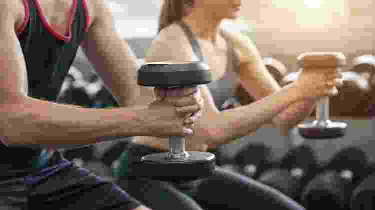 Exercício com halter, agachamento - iStock - iStock