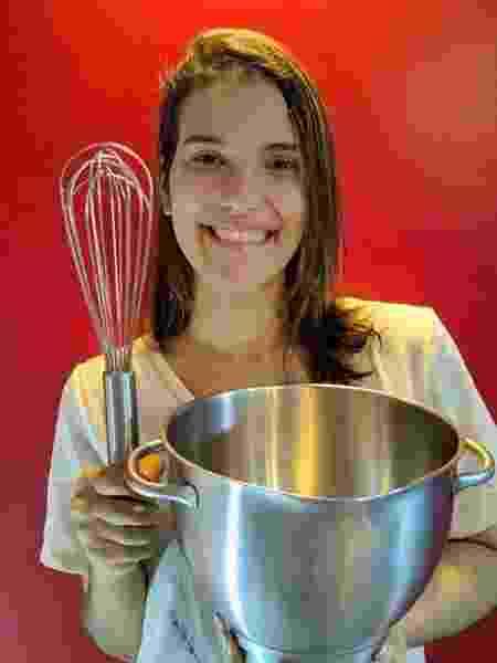 Beatriz Matias estuda ciência do consumo na Universidade Federal Rural de PE; ação nascida em aula a ajuda com seu negócio de bolos na pandemia - Divulgação