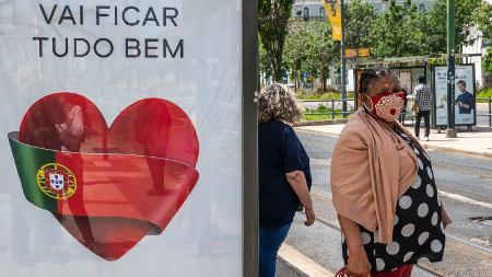 """A frase """"Vai ficar tudo bem"""" migrou dos desenhos nas janelas para lema da luta contra o novo coronavírus - Getty Images"""