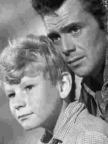 """Jon Whiteley (à esq.) com Dirk Bogarde em cena de """"O Jardineiro Espanhol"""" (1956) - Reprodução"""