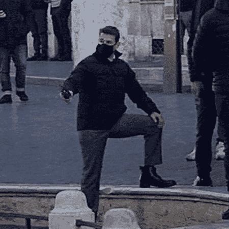 """Tom Cruise usa máscara nas gravações de """"Missão: Impossível 7"""", em Roma - Reprodução/Twitter"""