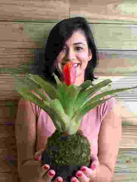 Ana Paula e um de seus kokedamas - Arquivo pessoal - Arquivo pessoal