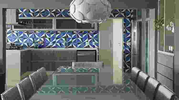 Nesta cozinha, os azulejos em tons fortes de azul e cinza foram desenhados pelos arquitetos Renato e Erika e desenvolvido pela Eliane Revestimentos com exclusividade - Luis Gomes - Luis Gomes
