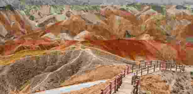 É possível explorar as montanhas coloridas através de passarelas  - Getty Images - Getty Images