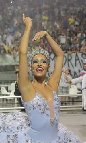5.fev.2016 - Isabella Rodrigues comanda o grupo de bailarinas da comissão de frente da Pérola Negra na primeira noite do Carnaval de São Paulo