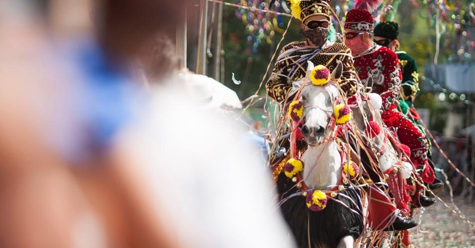 8.jan.2016 - Cavalos saem pelas ruas de Bonfim em Minas Gerais