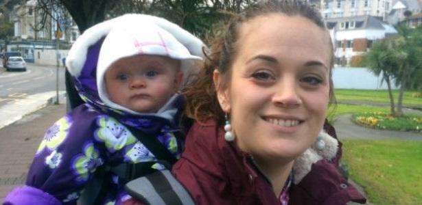 Hanna, que foi diagnosticada com psicose pós-parto, com a filha, Esther - BBC