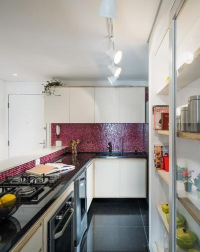 O projeto, assinado pelo escritório Vitrô Arquitetura, criou uma cozinha em L, que agora tem balcão voltado para o corredor (à esq.) e uma prática bancada que apoia o
