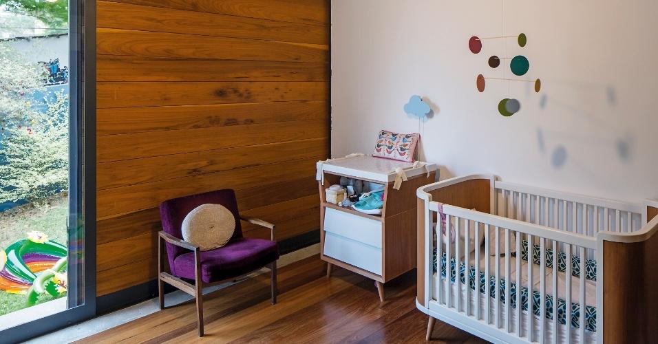 O quarto do bebê fica voltado para o jardim e tem piso revestido com assoalho. A janela de três folhas conta com diferentes fechamentos: vidro, painel e veneziana (ambos) de madeira. A casa LP é um projeto do escritório Metro Arquitetos e fica na capital paulista