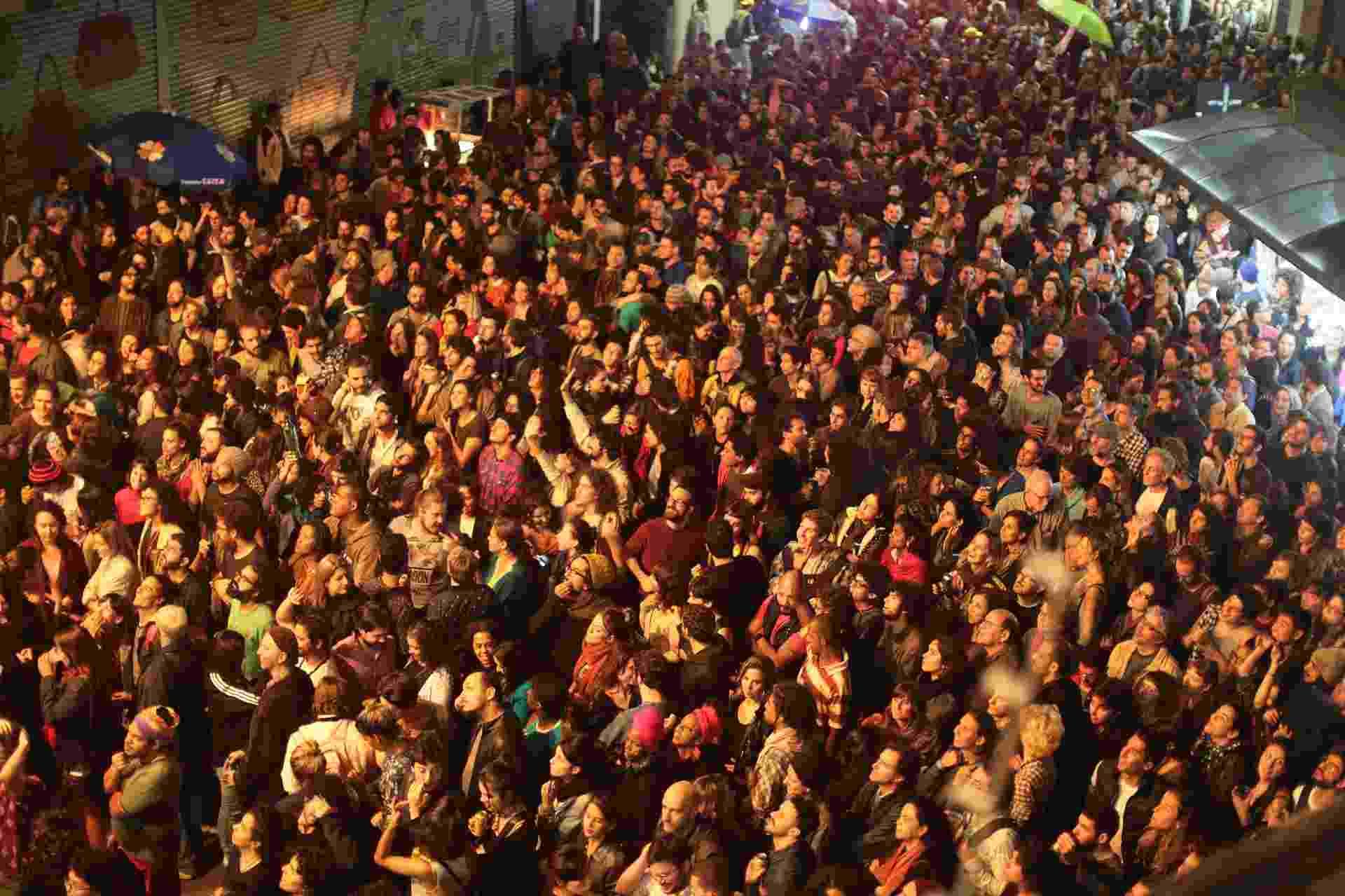20.mai.2016 - Multidão acompanha os shows no Palacete Teresa Toledo Larano, no centro de São Paulo, para a Virada Cultural - Flavio Florido/UOL