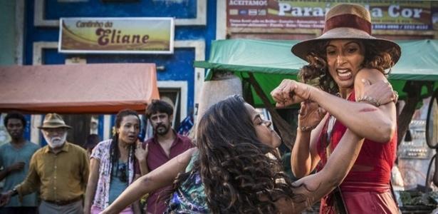 """Luzia (Lucy Alves) e Tereza (Camila Pitanga) brigam em """"Velho Chico"""" - Reprodução/GShow"""