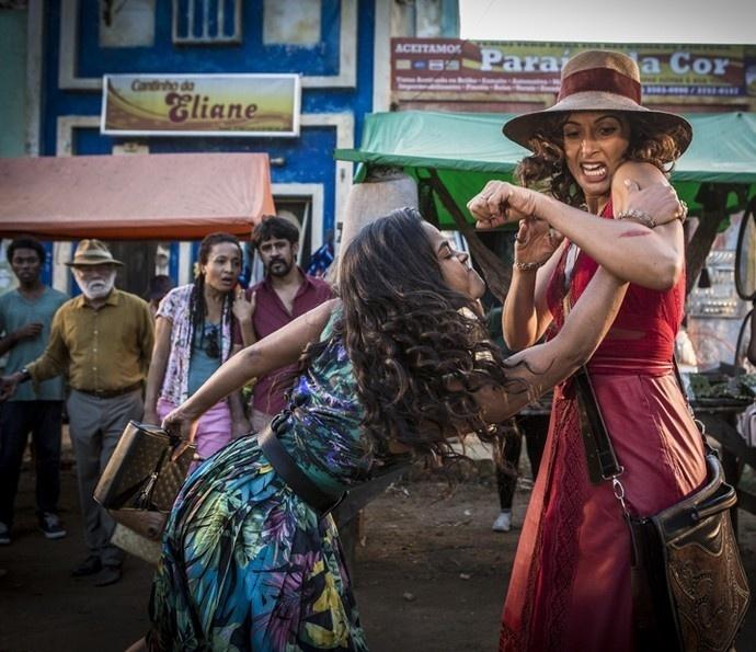 Luzia (Lucy Alves) e Tereza (Camila Pitanga) brigam em