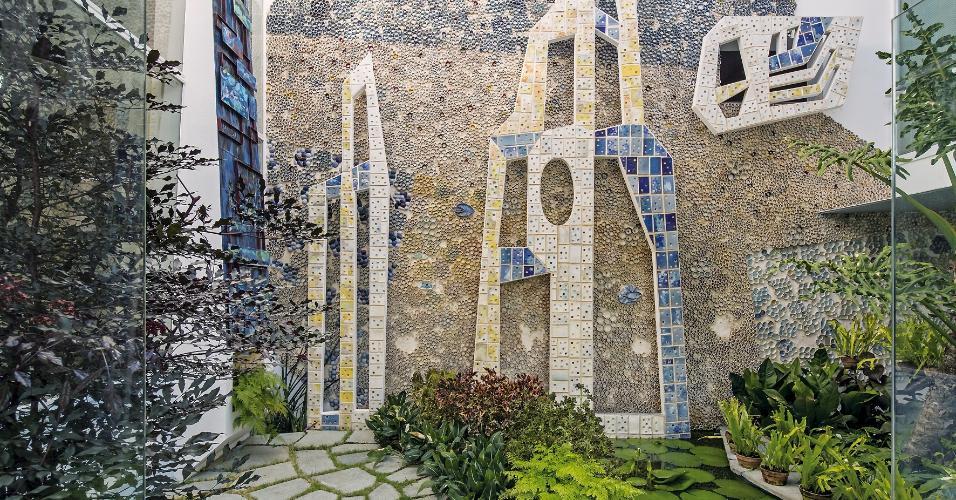 Na casa projetada por Gio Ponti em Caracas, as amplas aberturas de vidro ajudam a conectar os interiores ao jardim. Neste espaço, marcam presença obras de arte do acervo do casal Planchart, como as cerâmicas do artista plástico italiano Fausto Melotti (1901-1986). No paisagismo, plantas nativas da Amazônia como a vitória-régia, foram combinadas às samambaias