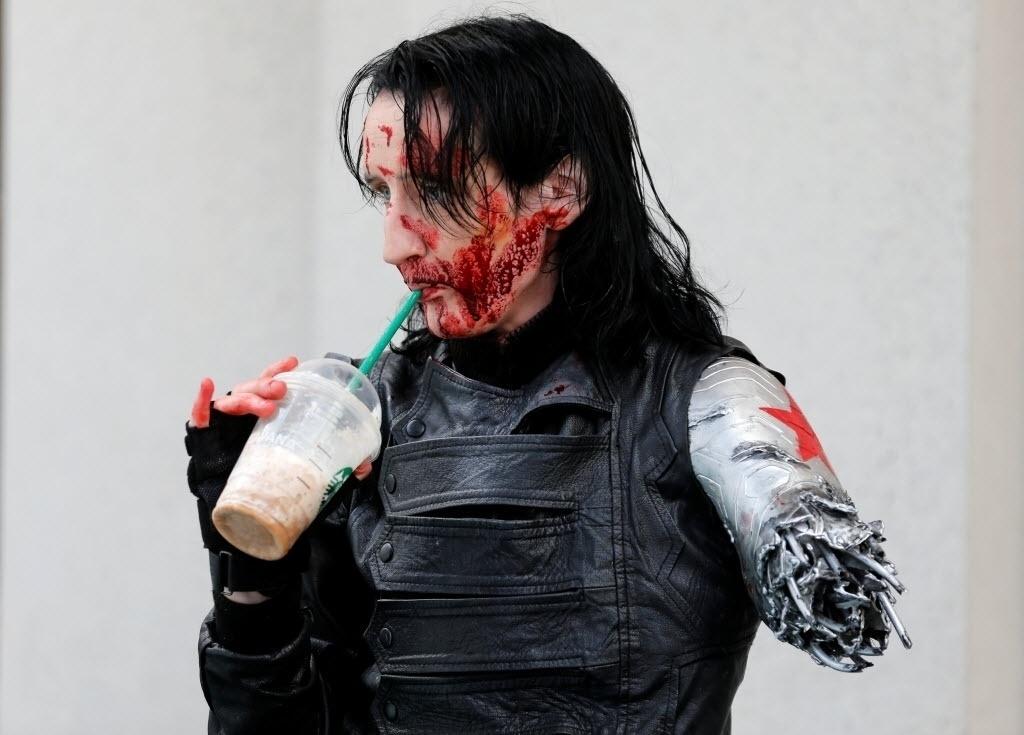 22.jul.2016 - Dawn Richardson, vestido de Soldado Invernal, se refresca na San Diego Comic-Con