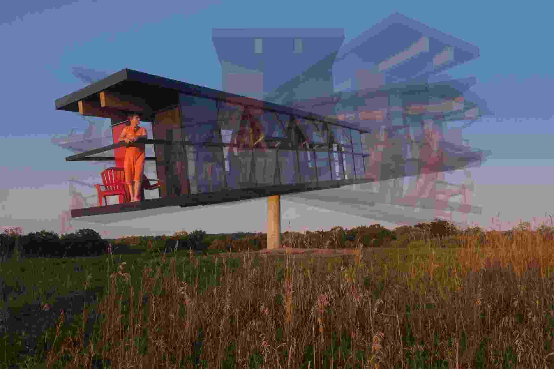 ReActor - Para demonstrar a relação entre a arquitetura e a vida das pessoas, a dupla de artistas Alex Schweder e Ward Shelley resolveu passar cinco dias em uma casa com 32,16 m². Nada demais, se a construção não fosse uma espécie de gangorra. A estrutura gira 360º, está apoiada em uma coluna a 4 m de altura e se movimenta de acordo com o vento e as ações de seus dois moradores - Richard Barnes/Divulgação