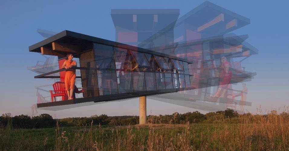 ReActor - Para demonstrar a relação entre a arquitetura e a vida das pessoas, a dupla de artistas Alex Schweder e Ward Shelley resolveu passar cinco dias em uma casa com 32,16 m². Nada demais, se a construção não fosse uma espécie de gangorra. A estrutura gira 360º, está apoiada em uma coluna a 4 m de altura e se movimenta de acordo com o vento e as ações de seus dois moradores