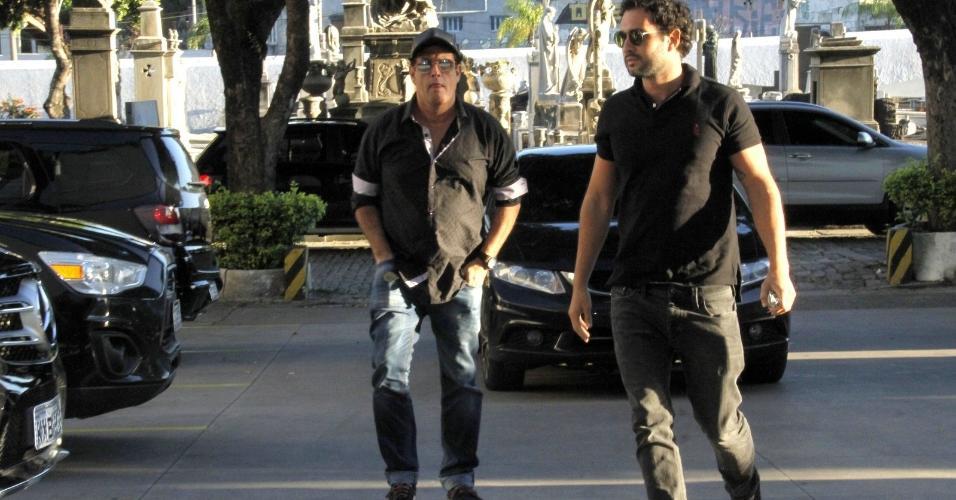 Sérgio Mallandro chega com o filho ao velório do pai de Xuxa, Luiz Floriano Meneghel, no Memorial do Carmo, no bairro do Caju, no Rio