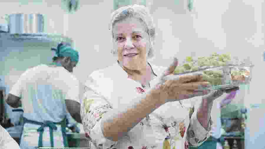 Carolina Abreu, 69, sai todo dia pela manhã para fazer compras para seu restaurante - Carine Wallauer/UOL