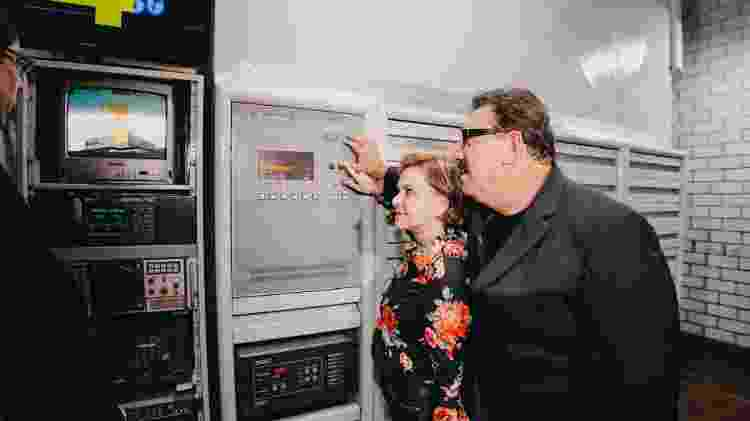Ratinho acompanha na sede da sua Rede Massa, ao lado da esposa, dona Solange, o desligamento do sinal analógico - Divulgação