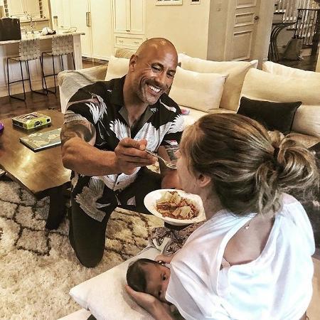 The Rock dá jantar na boca da namorada enquanto ela amamenta filho do casal - Reprodução/Instagram