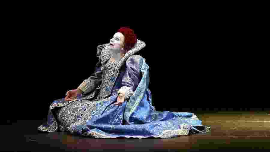 """Lindsay Kemp se apresentou como a rainha Elizabeth 1ª no espetáculo """"Elizabeth 1ª, o Último Baile"""", exibido na Espanha em março de 2005 - Victor Fraile/Reuters"""