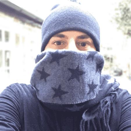 Evaristo Costa esconde o rosto após tirar a barba - Reprodução/Instagram